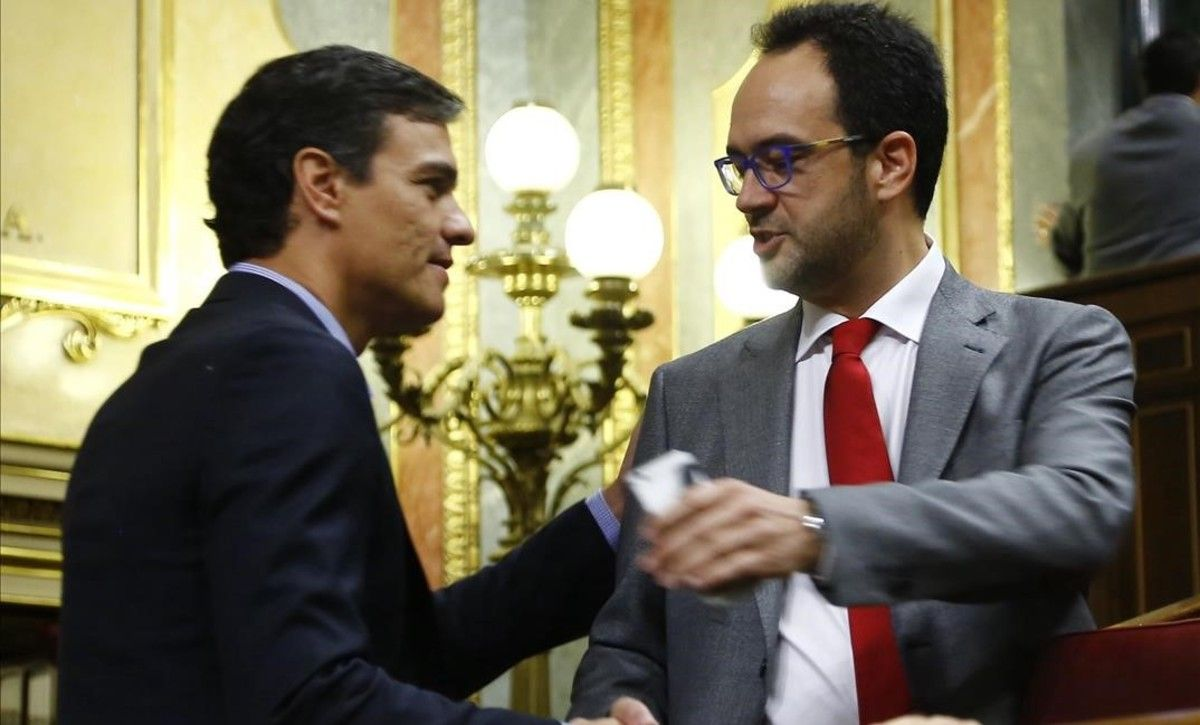 Pedro Sánchez saluda a Antonio Hernando, este jueves en el Congreso.