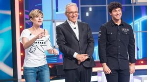 Xavier Sardà con Sara Escudero y Alfred García en el plató de 'Juego de niños'.