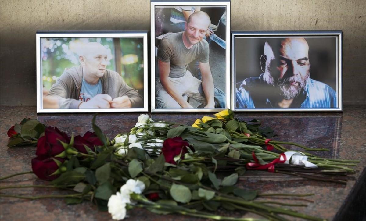 Ofendas florales ante las fotografías de los 3 periodistas rusos asesinados, ante la sede de la Unión Rusa de Periodistas, en Moscú.