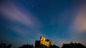 HUN01 HOLLOKO  HUNGRIA  12 08 2016 - Fotografia que muestra una lluvia de estrellas sobre el castillo de Holloko  situado en un pueblo de montana alistado en el Patrimonio Mundial de la Unesco  cerca de Budapest  Hungria  hoy  12 de agosto 2016  Las Perseidas son vistas cada mes de agosto cuando la Tierra pasa a traves de un flujo de escombros dejados por el cometa Swift-Tuttle  EFE Peter Komka PROHIBIDO SU USO EN HUNGRIA