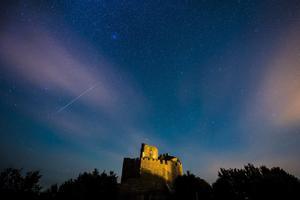 Lluvia de estrellas sobre el castillo de Holloko, cerca de Budapest (Hungria)