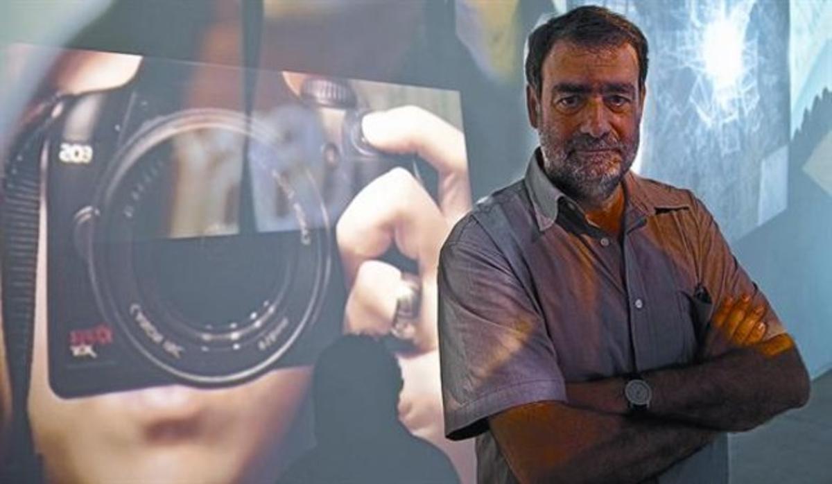 Joan Fontcuberta, fotografiado en la instalación 'A través del espejo', ayer en la galería Àngels Barcelona.