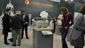 Visitantes del Barcelona Meeting Point buscan información.
