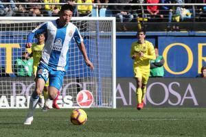 Wu Lei controla un balón en su debut con el Espanyol, el domingo en Vila-real.
