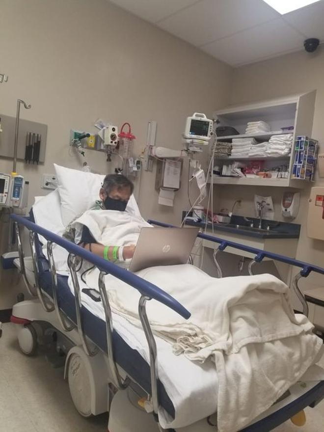 La imatge d'un professor que corregeix exàmens a l'hospital un dia abans de morir es torna viral