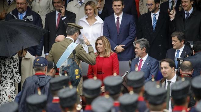 El Rey saluda a Susana Díaz, Miguel Ángel Revilla y Javier Fernández.