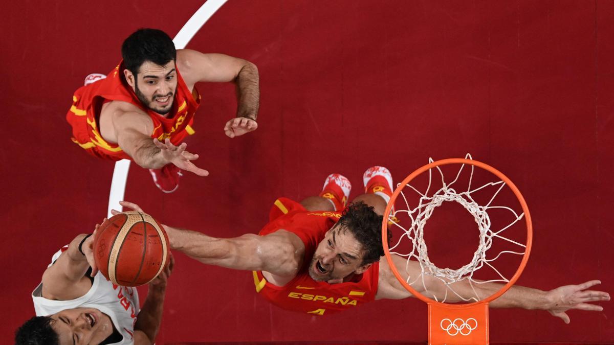 Pau Gasol y Alejandro Abrines saltan para bloquear el tiro del japonés Yuta watanabe en el partido de japón con España durante los Juegos Olimpicos de TOKYO 2020