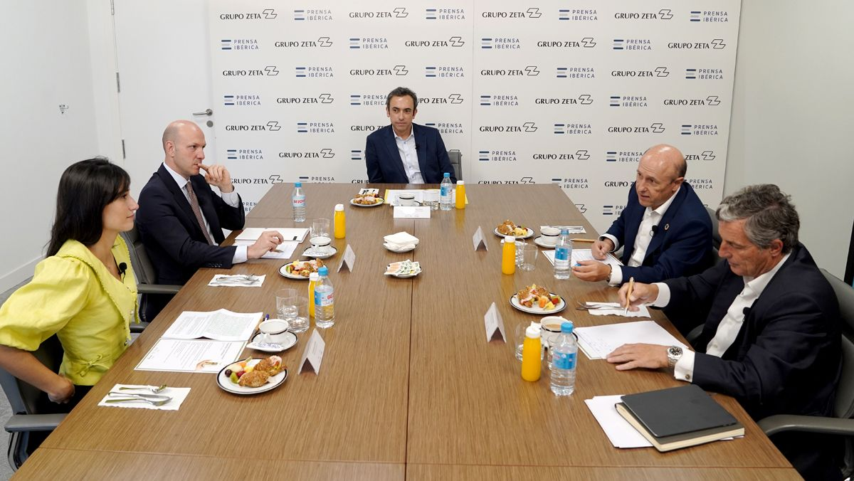 Debate entre los participantes de la mesa redonda.