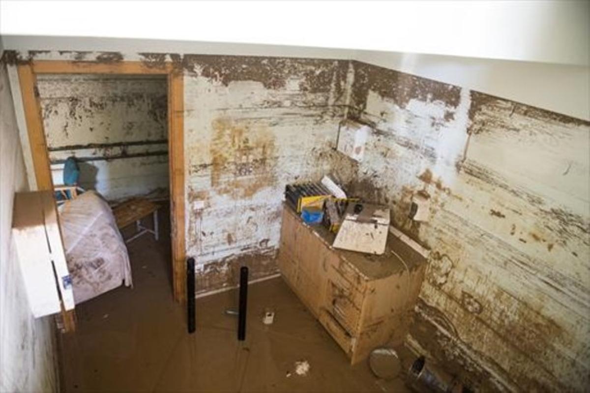 Una de las habitaciones del semisótano que se inundaron, con barro por encima de la puerta, ayer.