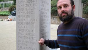 Ivan Heras, junto a la columna del Fossar de la Pedreradonde sale el nombre de su bisabuelo, Martirià Fortuny.