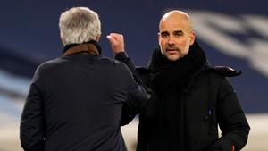 Mourinho y Guardiola se saludan al acabar el encuentro de este sábado.