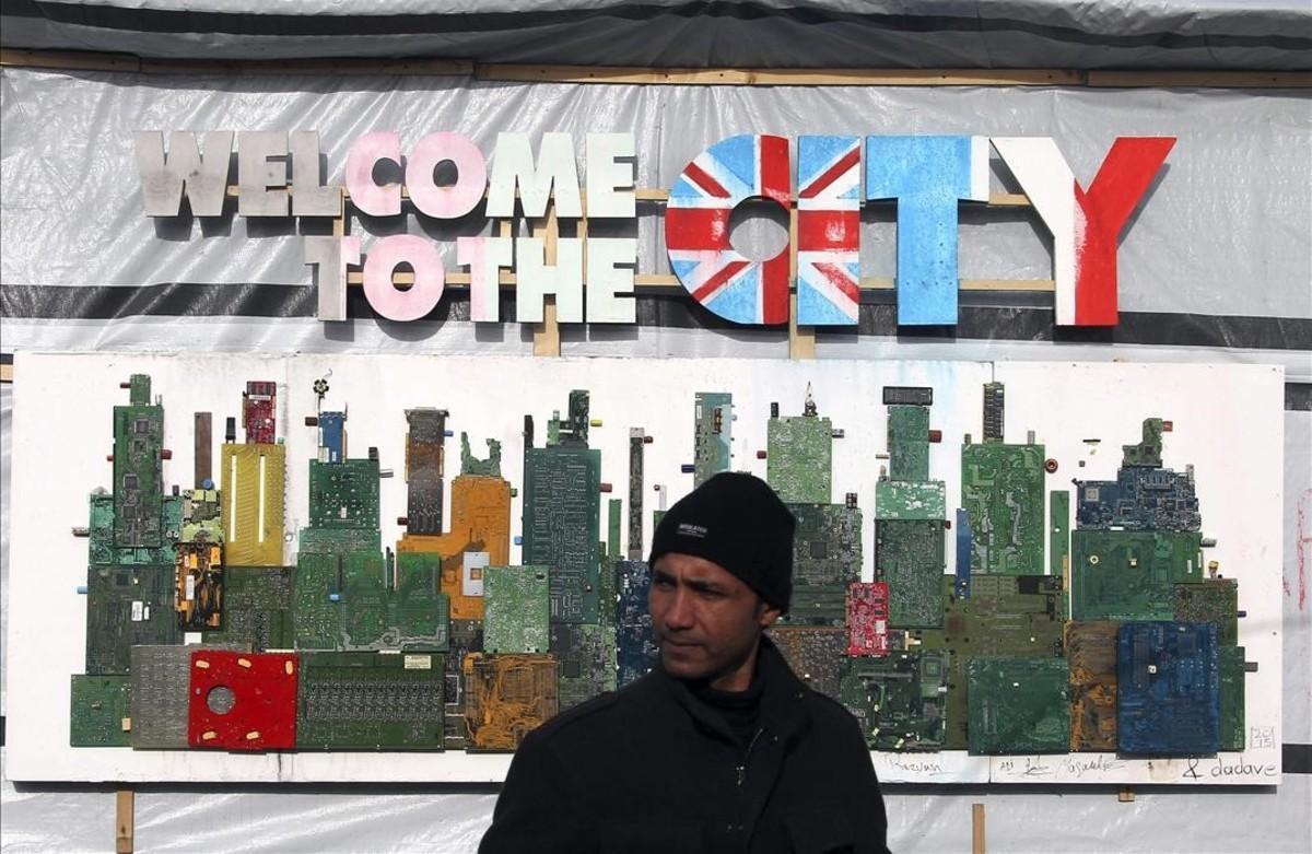 Un inmigrante espera el pasado mes de enero en Calais poder dar el salto al Reino Unido.