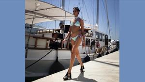 Una modelo desfila con un biquini de la firma Como un pez en el agua, en la pasarela 080 instalada en el Port Marina Vela.
