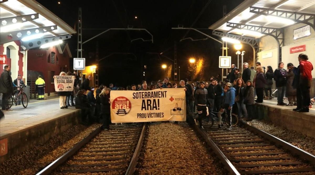Manifestación para exigir el soterramiento de las vías a su paso por Moncada, en febrero del 2017.