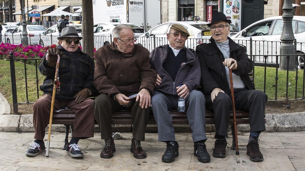 Un grupo de jubilados, en un abanco de la plaza del Centro de València, esta semana.