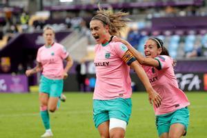 Putellas y Bonmatí celebran uno de los goles de la final.