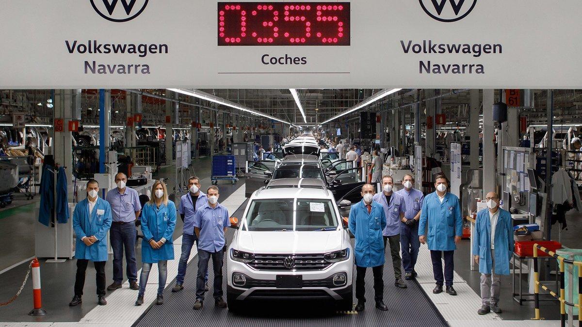 Volkswagen T-Cross saliendo de la línea de montaje