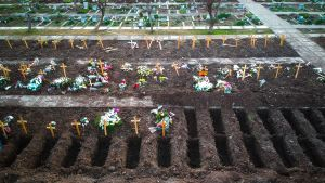 Vista aérea desde un dron este sábado de las fosas cavadas en el Cementerio de Flores para enterrar a los muertos por COVID-19, en Buenos Aires.