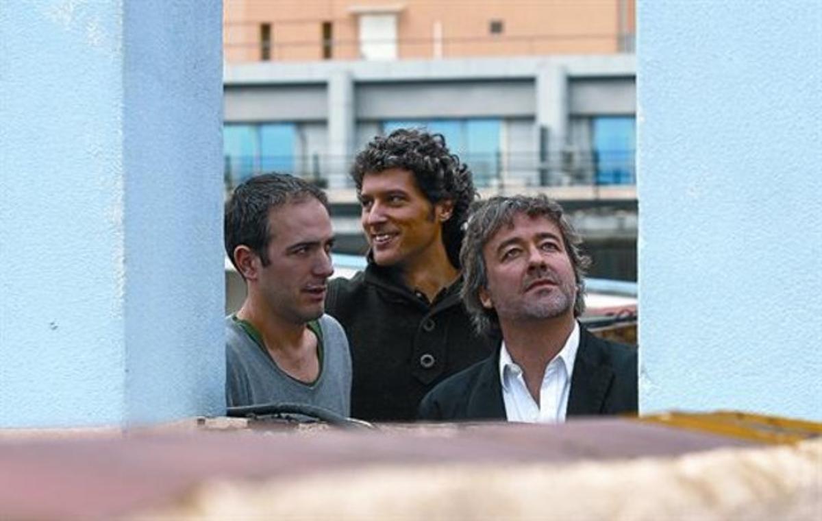 Pau Vidal, Ricard Galiana y Sergi Pons, ayer, en la terraza de la Diagonal que da acceso a su estudio.