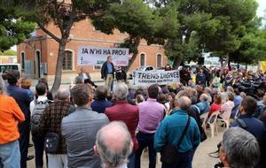 Unas 200 personas denuncian en la estación de Vila-seca las deficiencias ferroviarias.