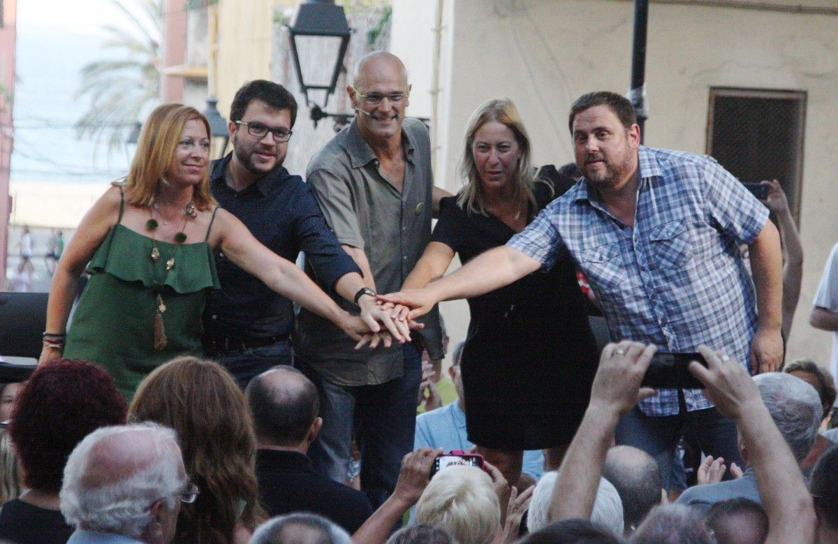 Montserrat Candini, Pere Aragonés, Raül Romeva, Neus Munté y Oriol Junqueras, en un acto electoral de Junts pel Sí en la campaña del 27-S.