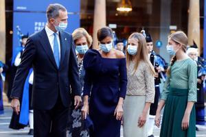 Los reyes Felipe VI y Letizia, junto a sus hijas, la princesa Leonor y la infanta Sofía, además de la reina emérita, el pasado 16 de octubre en Oviedo, a su llegada a la ceremonia de los Premios Princesa de Asturias.