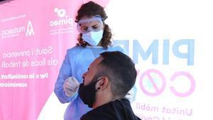 La patronal Pimec inicia una ronda de test antígenos en polígonos industriales de Catalunya.