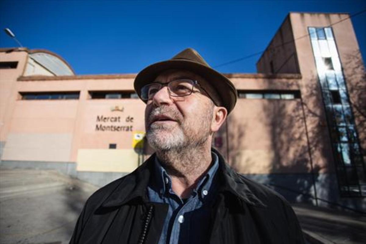 Lluís Cabrera, en el mercado de Montserrat, uno de los lugares que lo conectan con su infancia en Nou Barris.