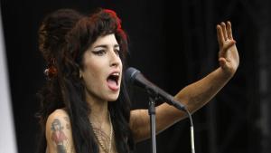 Amy Winehouse durante una presentación.