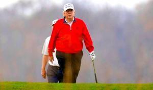 Trump, en una imagen de archivo jugando al golf.