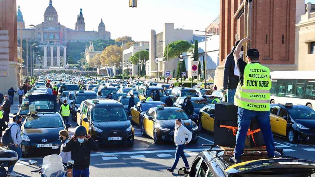 Protesta de taxis en Barcelona para pedir ayuda frente al covid-19.