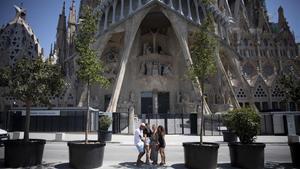 España pierde 61 millones de turistas por el coronavirus hasta noviembre. En la foto, visitantes a la Sagrada Família en Barcelona, el pasado mes de julio.