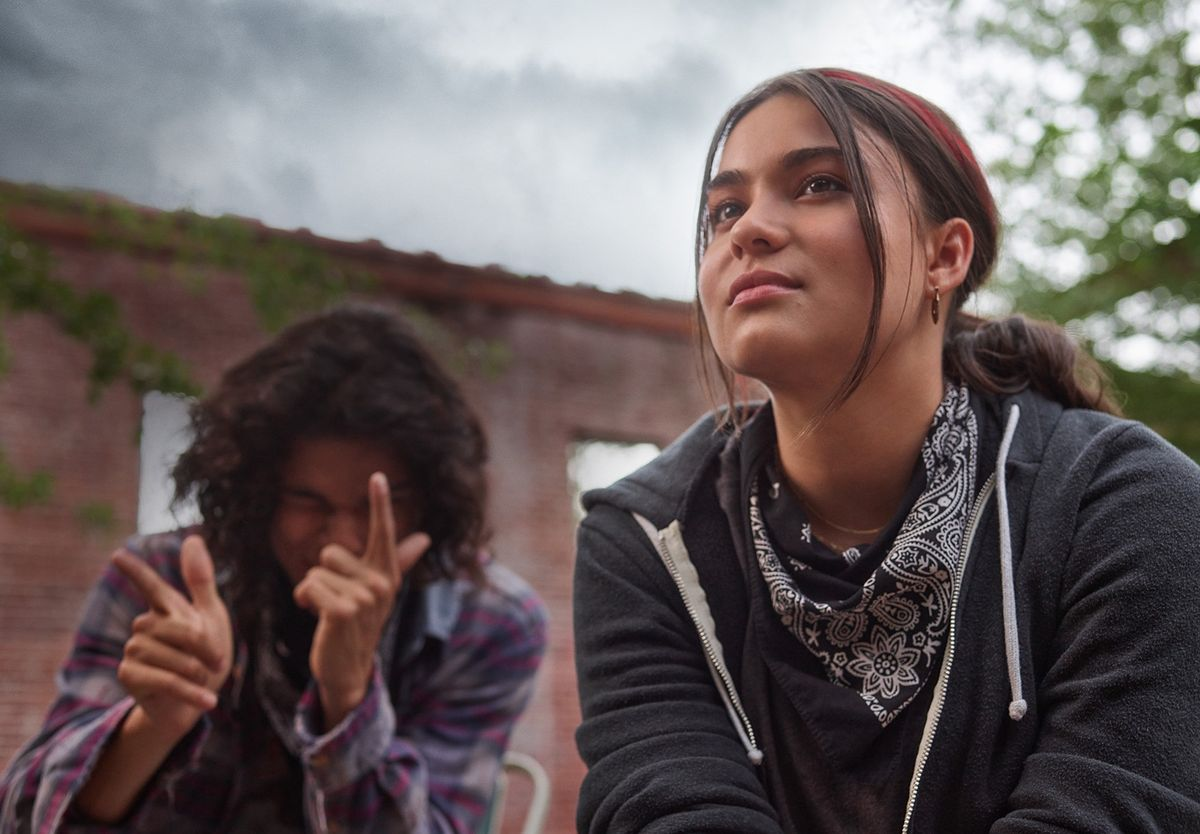 D'Pharaoh Woon-A-Tai y Devery Jacobs en 'Reservation dogs'.
