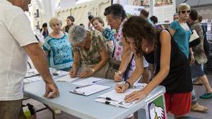 Recogidade firmas para la renta garantizada de ciudadanía.