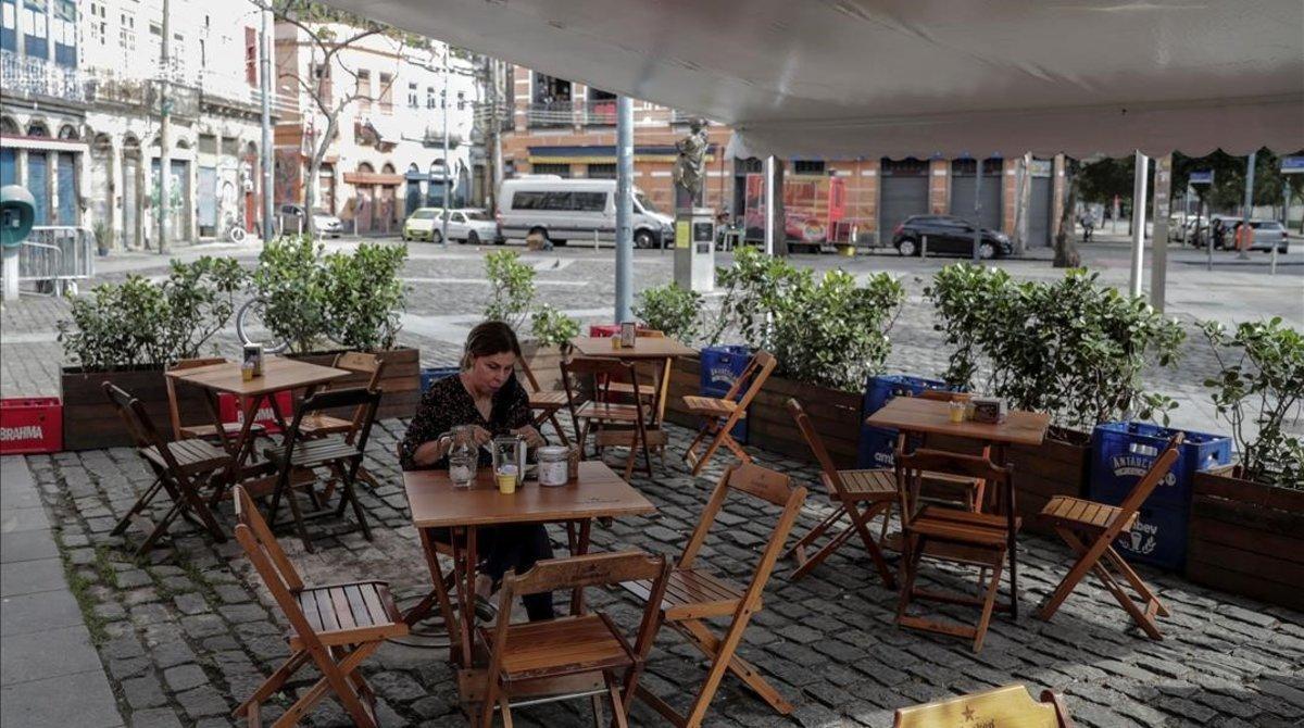 Una mujer en un restaurante en Río de Janeiro.