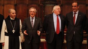 El abadde Poblet, Josep Alegre,el alcalde Xavier Trias, Paul Preston y Antoni Vives, durante el acto en que se ratificó la cesión del archivo del historiador.