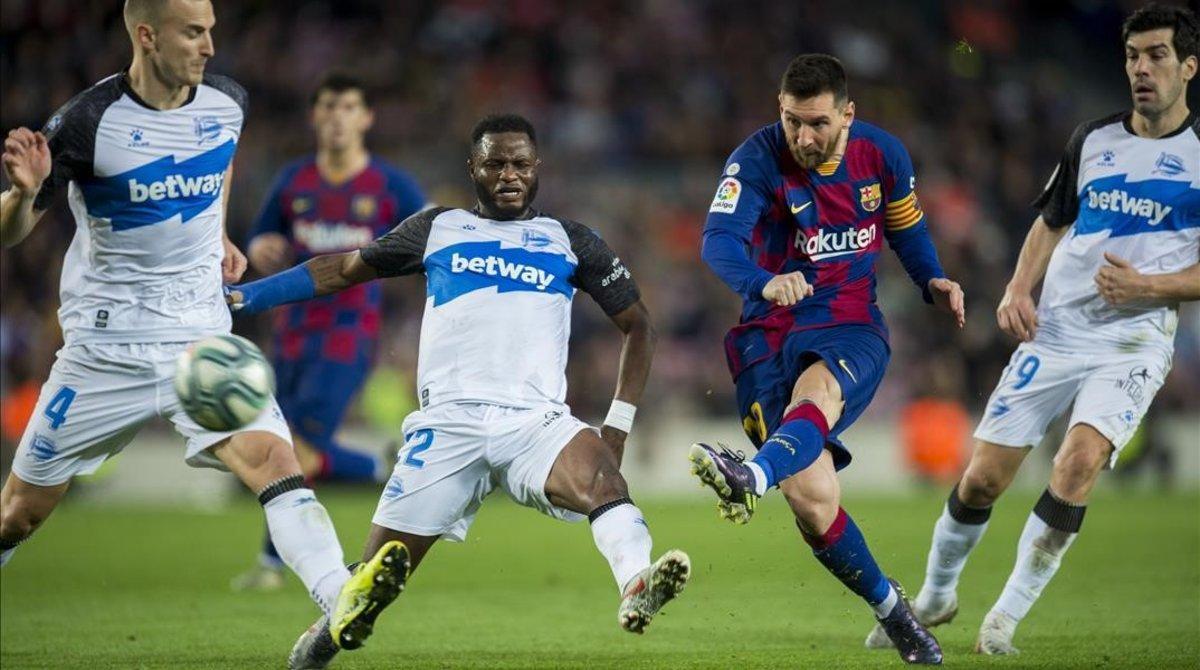 Messi conecta el disparo que se convirtió en el tercer gol del Barça ante el Alavés.