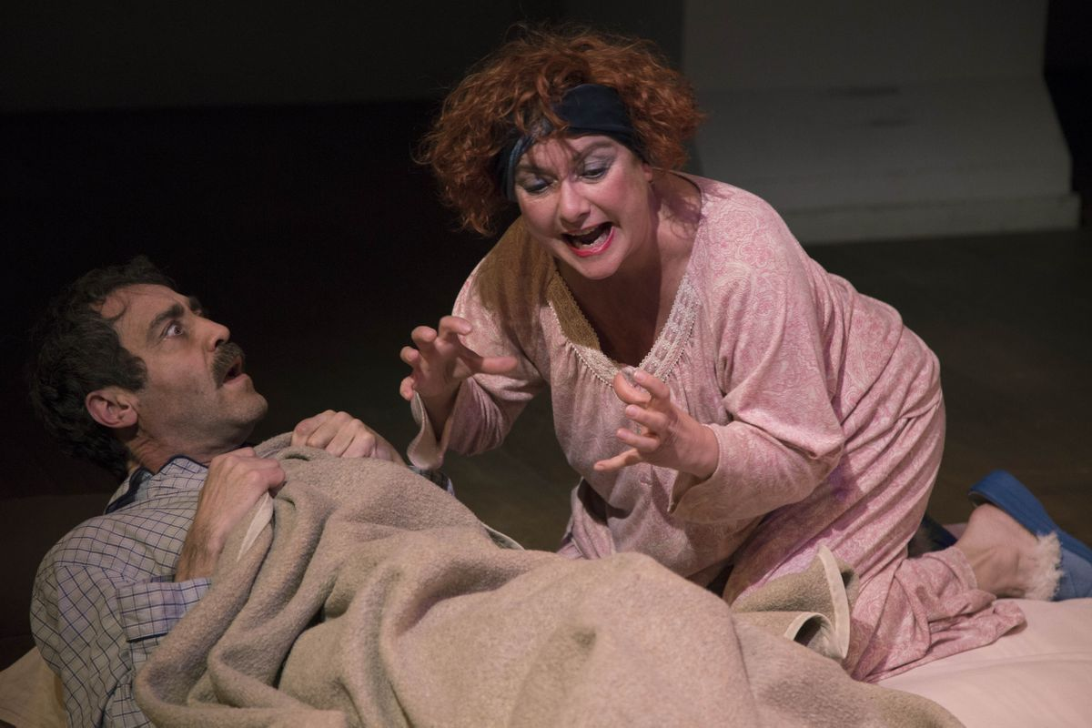 Òscar Intente y Montse Puga en una escena de 'Deliri a dos', obra corta de Eugene Ionesco.
