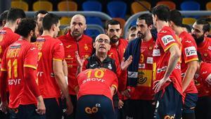 Jordi Ribera da instrucciones a los Hispanos durante la semifinal contra Dinamarca.