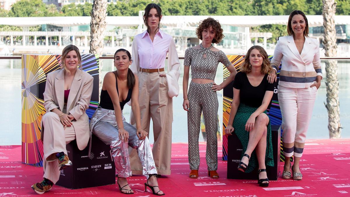 El reparto de 'Chavalas', con su directora, Carol Rodríguez Colás, en el centro, tras presentar el filme el Málaga