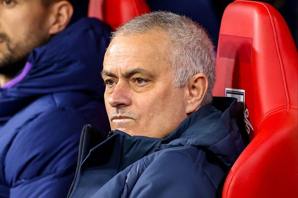 José Mourinho, sentado en el banquillo en un partido del Tottenham.