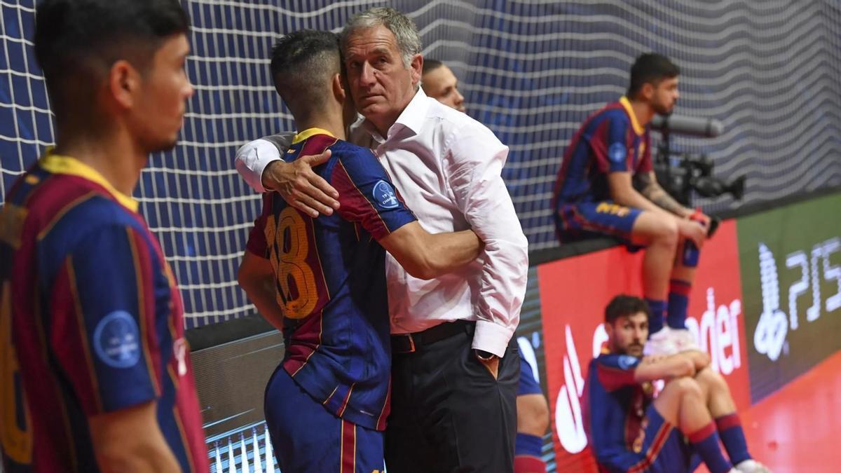 Andreu Plaza consuela a Marcenio tras la derrrota en la final de la Champions.