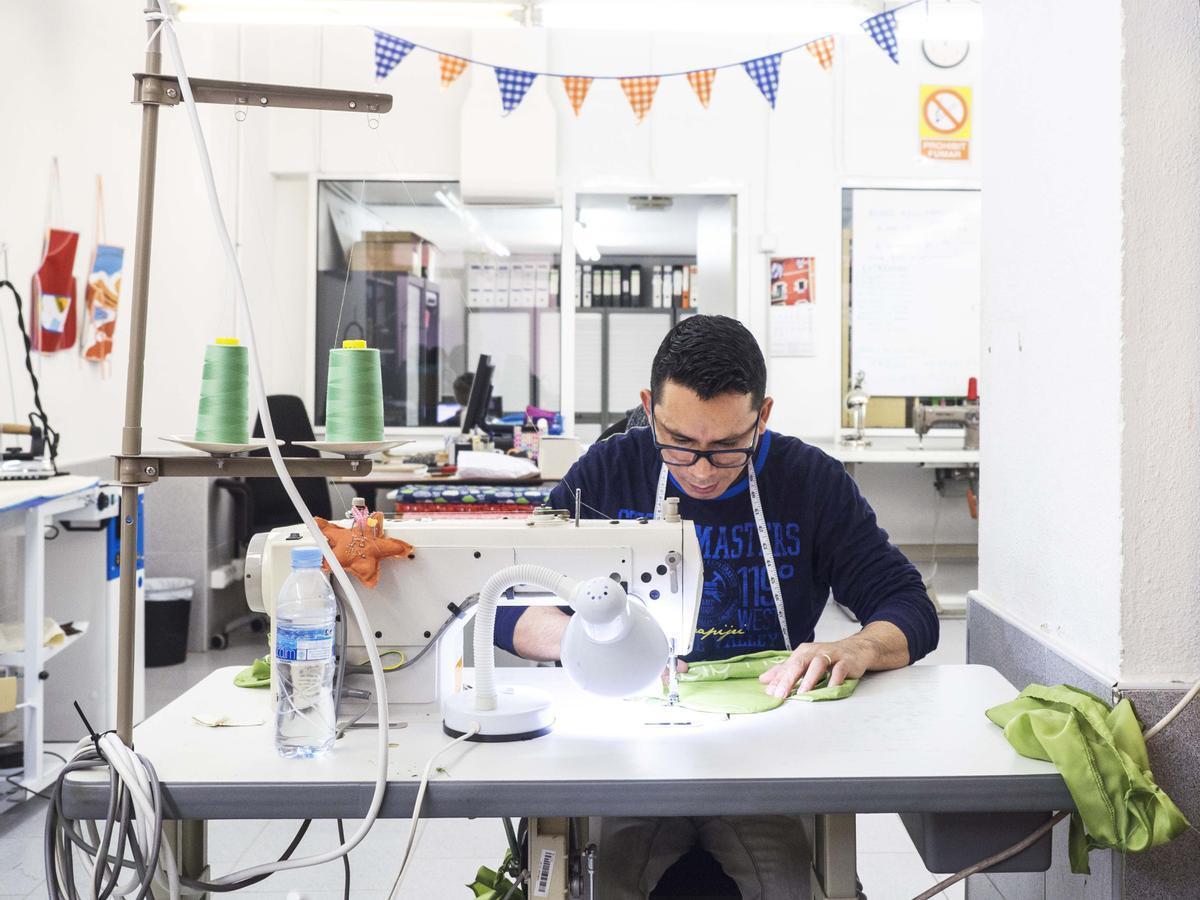 Una persona con discapacidad realizando labores de costura en el CET Estel Tàpia de Barcelona