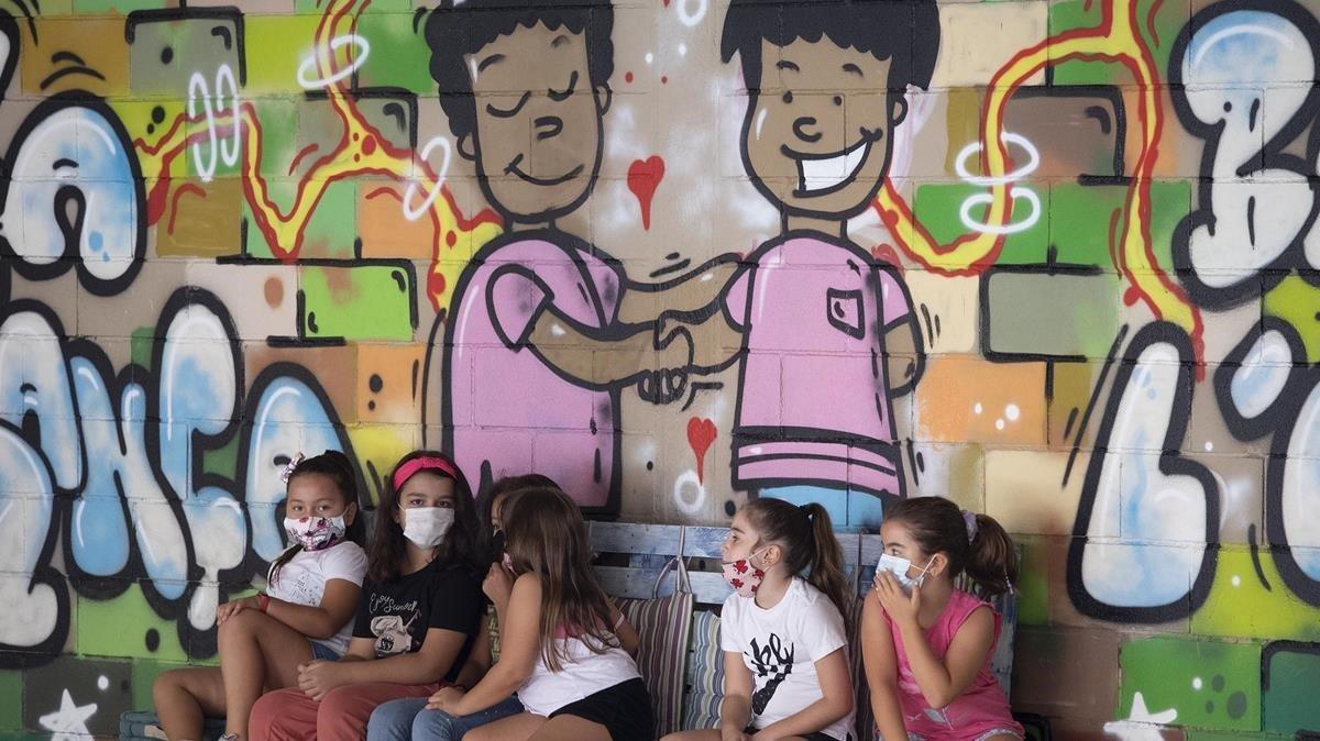 Niñas de la escuela la Esperança de Barcelona, durante el rato de patio del primer día del curso 2020-2021
