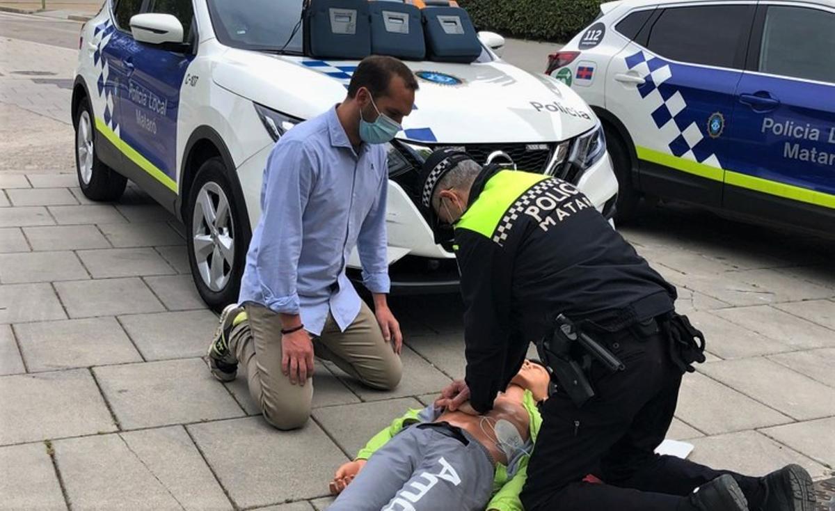 Simulación de un ejercicio de reanimación de la Policía Local de Mataró.