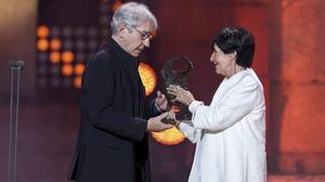 Concha Velasco entrega el premio Emérita Augusta a José sacristán