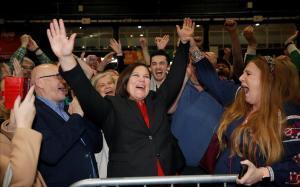 Mary Lou McDonald, líder del Sinn Féin, exultante por los resultados de las elecciones.