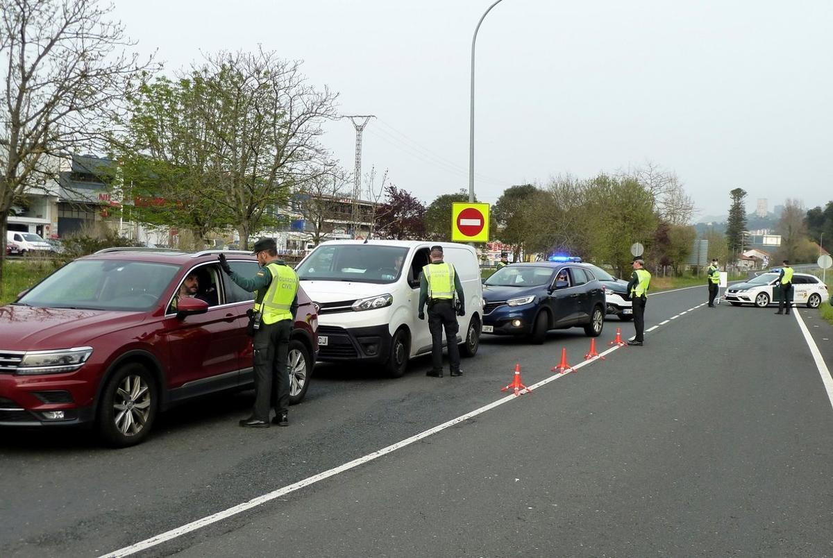 Control de carreteras en Laredo (Cantabria) para evitar posibles desplazamientos desde el País Vasco durante la crisis del coronavirus.