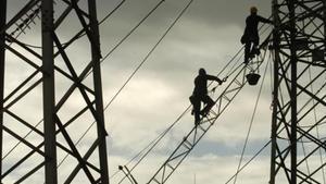 Empleados de Endesa revisan la red de distribución.
