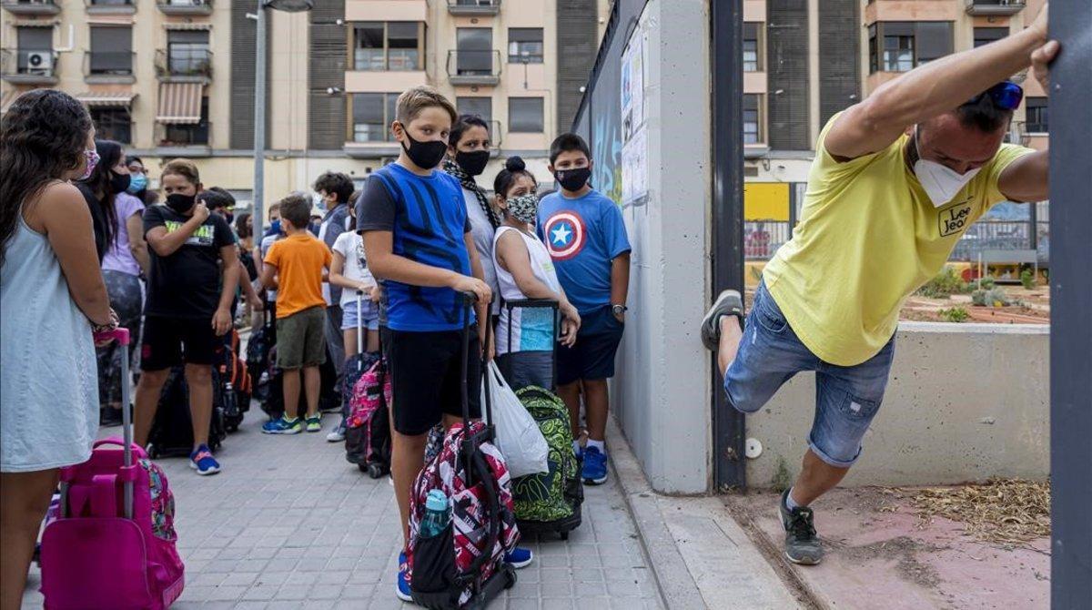 Un profesor abre las puertas del centro educativo, ayer en València.